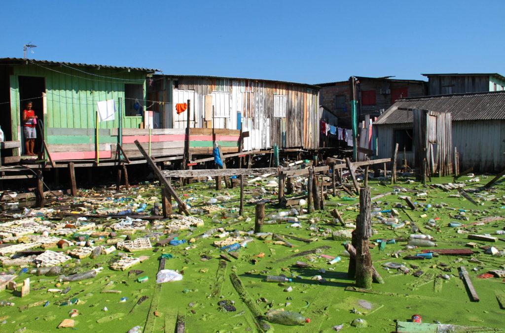 Lodo e entulhos em igarapé de Manaus.