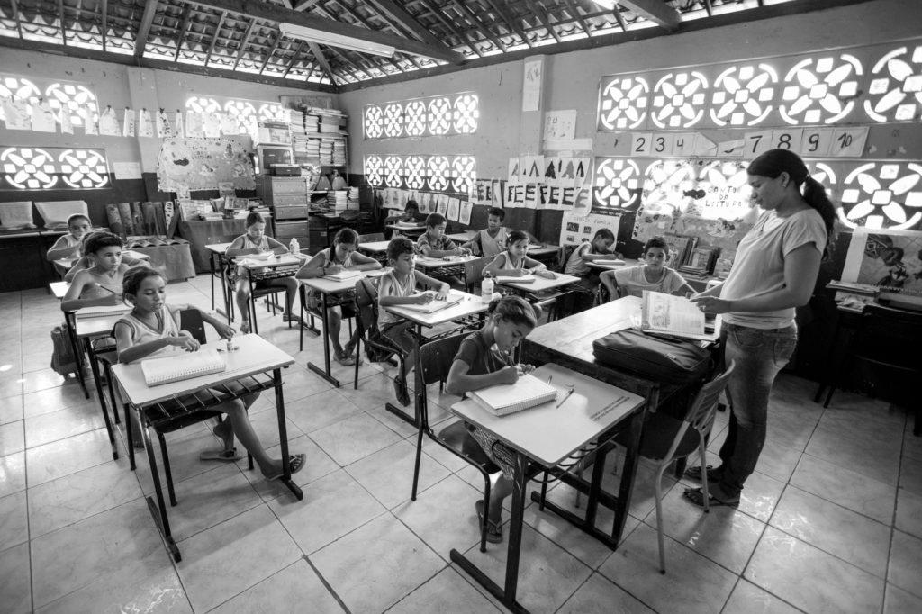 Alunos de séries diferentes dividem a mesma sala de aula na Escola Estadual Indígena Itapó, da tribo Karapotó Plak-ô.