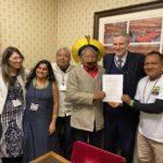 """""""Farei com que o manifesto chegue ao Primeiro Ministro"""", afirma Zac Goldsmith em encontro com líderes indígenas"""
