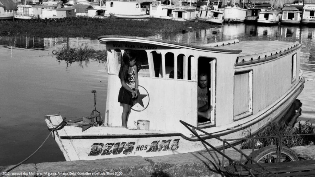menina em barco no igarape das mulheres macapa