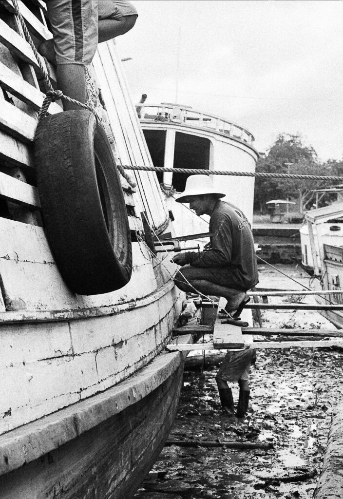 homem conserta barco amazonia