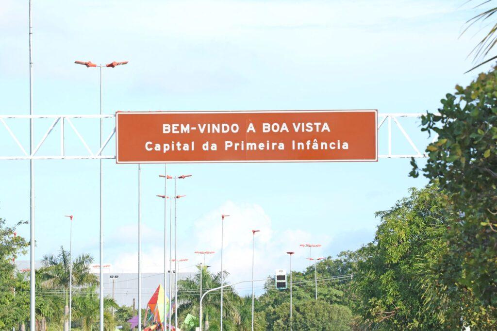 Placa marrom que diz: Bem-vindo à Boa Vista. Capital da Primeira Infância