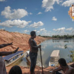 Indígenas reunidos nas margens do Xingu