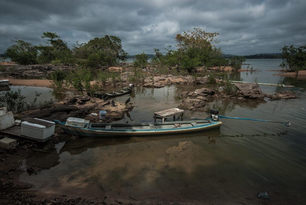 Um barco parado em uma parte rasa do rio Xingu