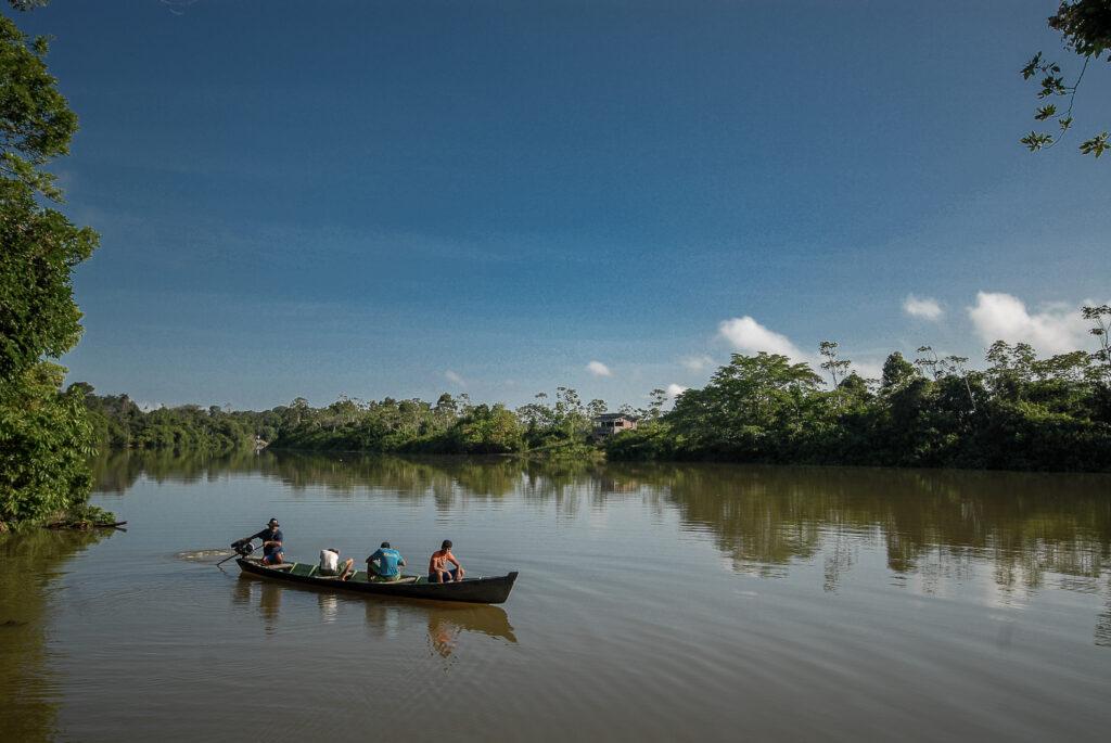 Canoa corta o rio Xingu