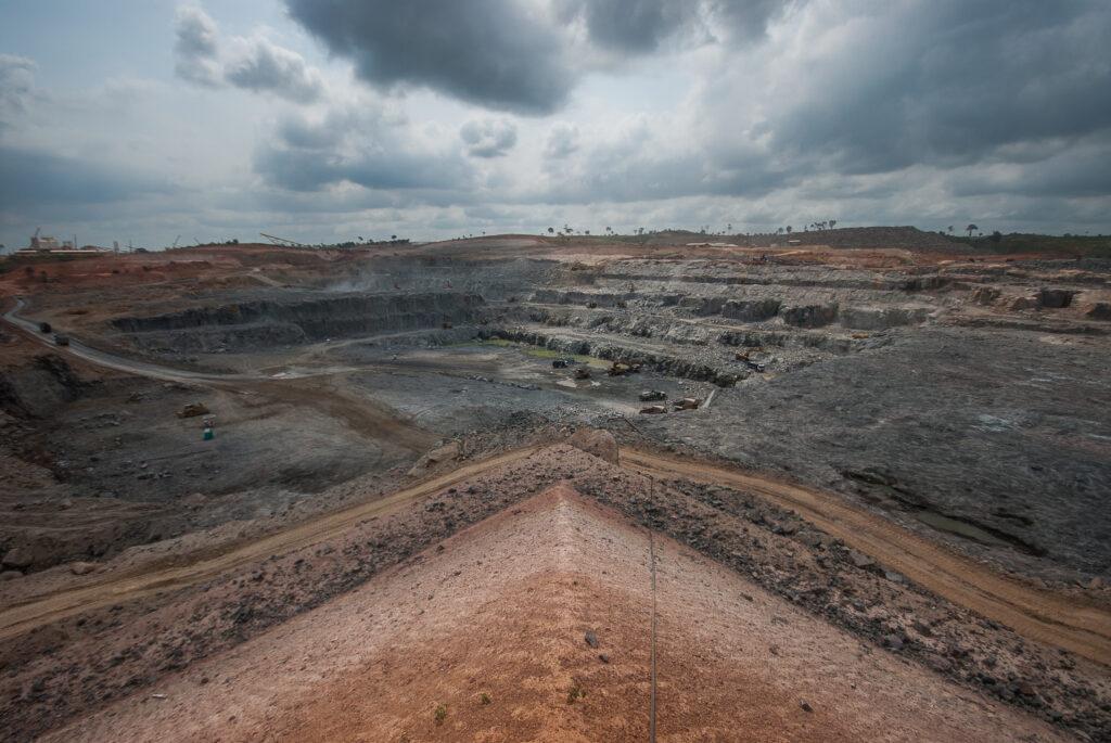 Grande canteiro de obras. Mistura de pedras, cimento e terra vermelha